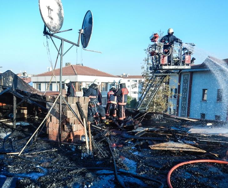 Ataşehirde çatı yangını - Haberler - İstanbul İtfaiyesi