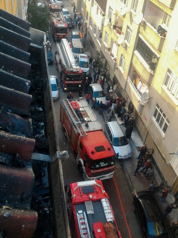 Küçükçekmecede çatı yangını - Haberler - İstanbul İtfaiyesi