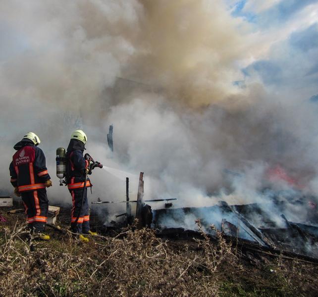 Tahtakale Mahallesinde baraka yangını - Haberler - İstanbul İtfaiyesi