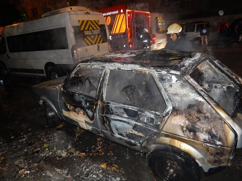 Esenlerde araç yangını - Haberler - İstanbul İtfaiyesi