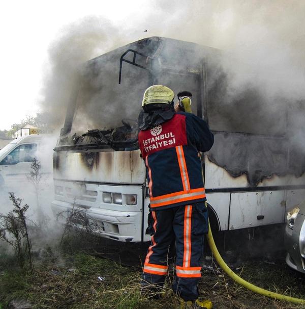Küçükçekmecede araç yangını - Haberler - İstanbul İtfaiyesi