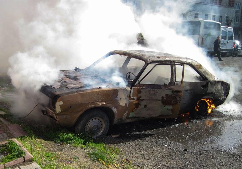 Sultangazide araç yangını - Haberler - İstanbul İtfaiyesi