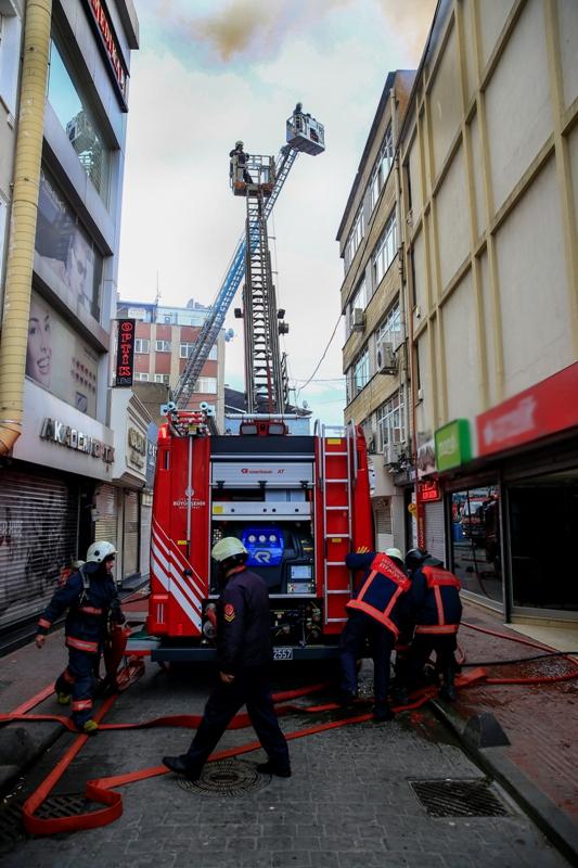Kasımpaşada çatı yangını - Haberler - İstanbul İtfaiyesi