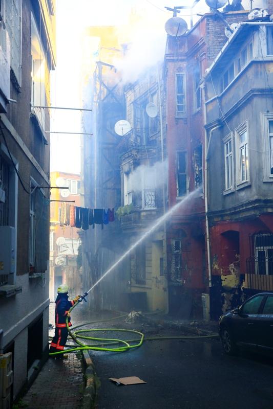 Beyoğlunda ahşap bina yangını - Haberler - İstanbul İtfaiyesi