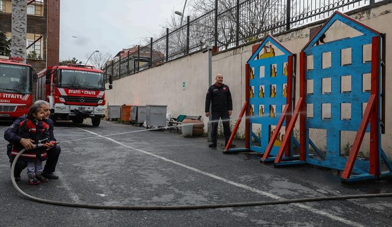 İstanbulun İtfaiyesi 25 anaokulu öğrencisine daha eğitim verdi   - Haberler - İstanbul İtfaiyesi