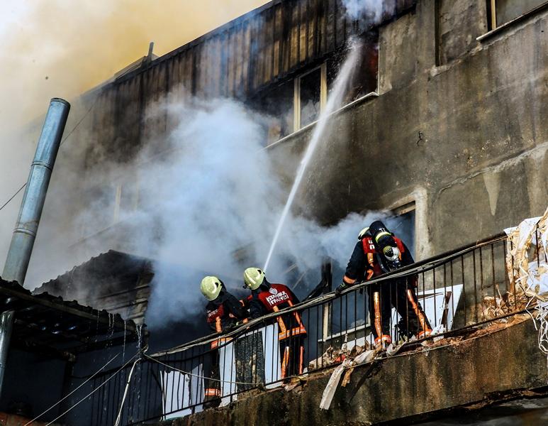 Ümraniyede iş yeri yangını - Haberler - İstanbul İtfaiyesi