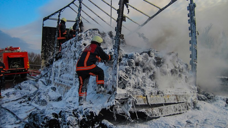 Articulated lorry fire on TEM - News - Istanbul Fire Department