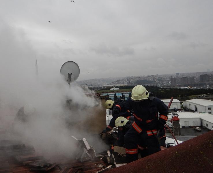 Kağıthanede çatı yangını - Haberler - İstanbul İtfaiyesi