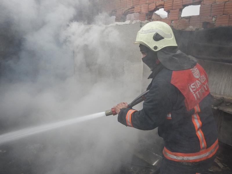 Yenidoğanda metruk bina yangını - Haberler - İstanbul İtfaiyesi
