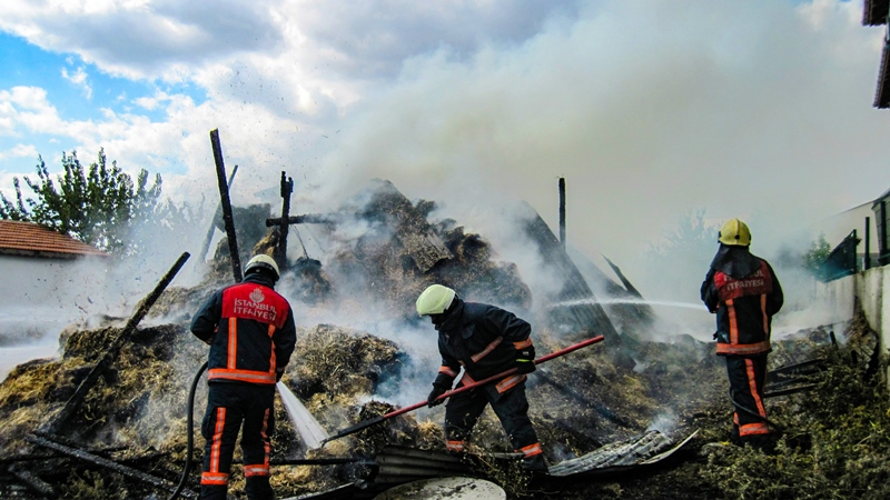 Silivride samanlık yangını - Haberler - İstanbul İtfaiyesi