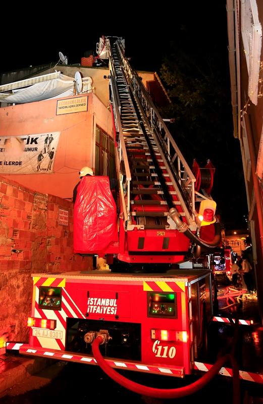 Kumkapıda çatı yangını - Haberler - İstanbul İtfaiyesi
