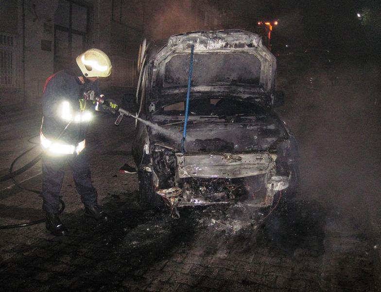 Üsküdarda araç yangını - Haberler - İstanbul İtfaiyesi