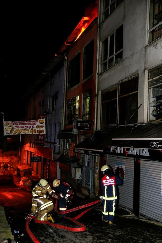 Eminönünde çatı yangını - Haberler - İstanbul İtfaiyesi