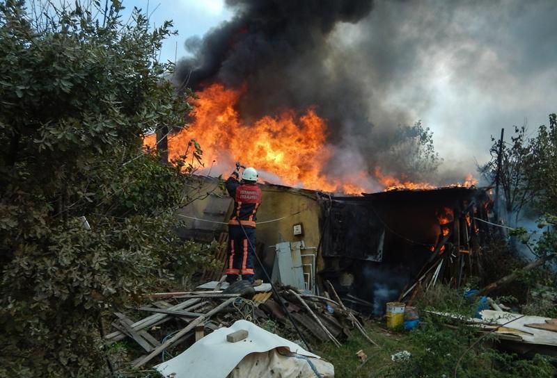 Tuzlada gecekondu yangını - Haberler - İstanbul İtfaiyesi