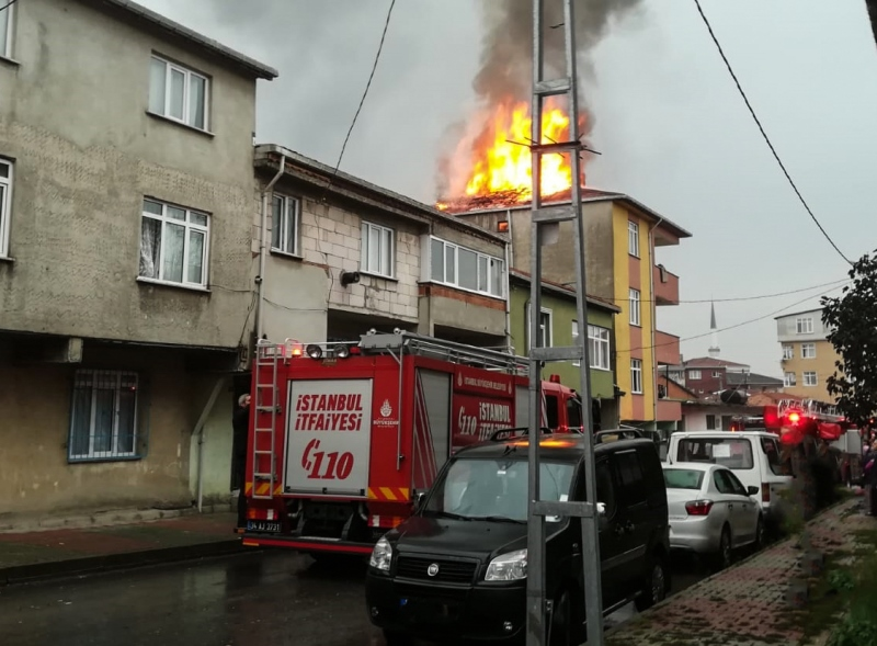 Sultanbeylinde çatı yangını - Haberler - İstanbul İtfaiyesi