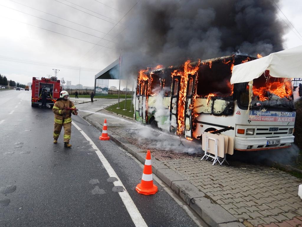 Başakşehirde araç yangını - Haberler - İstanbul İtfaiyesi