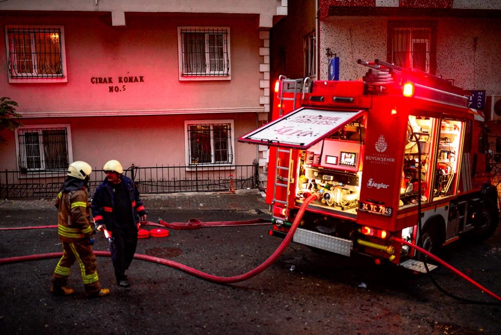 Mecidiyeköyde çatı yangını - Haberler - İstanbul İtfaiyesi
