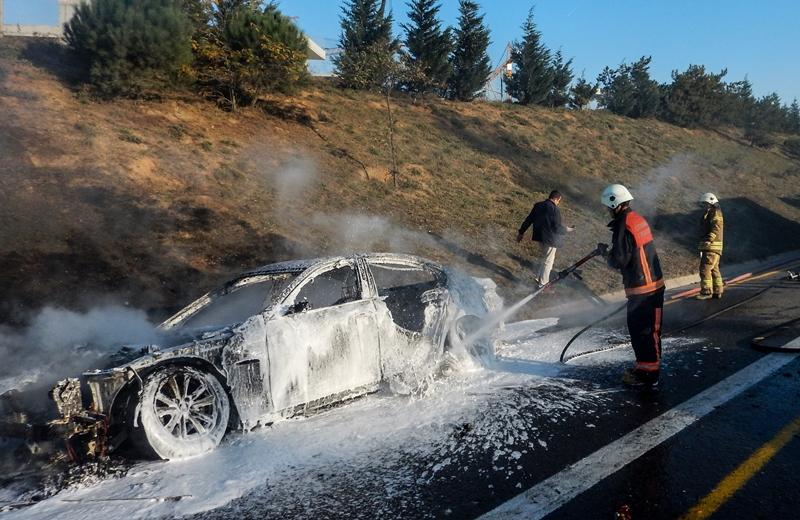 Tuzlada araç yangını - Haberler - İstanbul İtfaiyesi