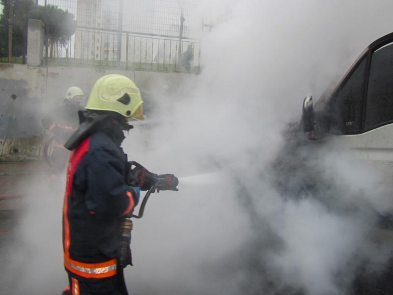 Kayaşehirde araç yangını - Haberler - İstanbul İtfaiyesi