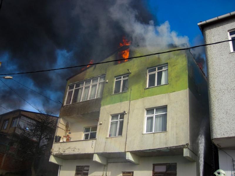 Maltepede çatı yangını - Haberler - İstanbul İtfaiyesi