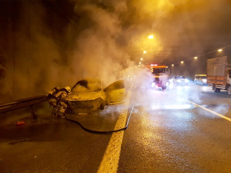TEM Otoyolunda araç yangını - Haberler - İstanbul İtfaiyesi