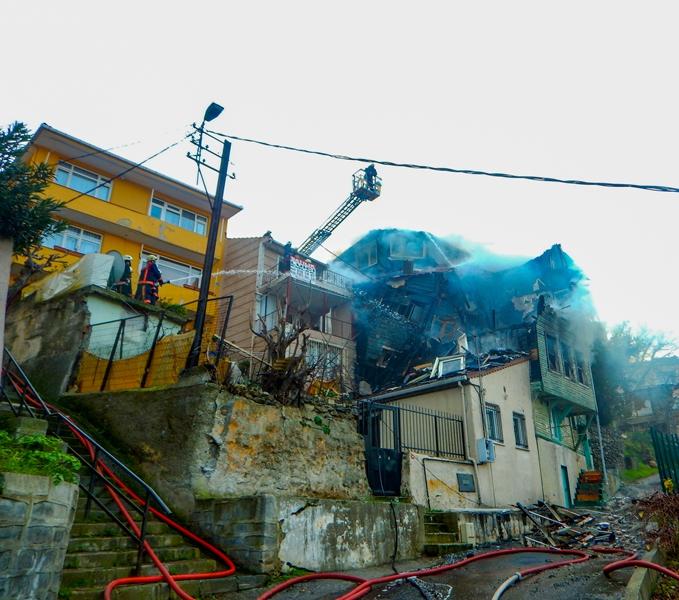Üsküdarda ahşap bina yangını - Haberler - İstanbul İtfaiyesi