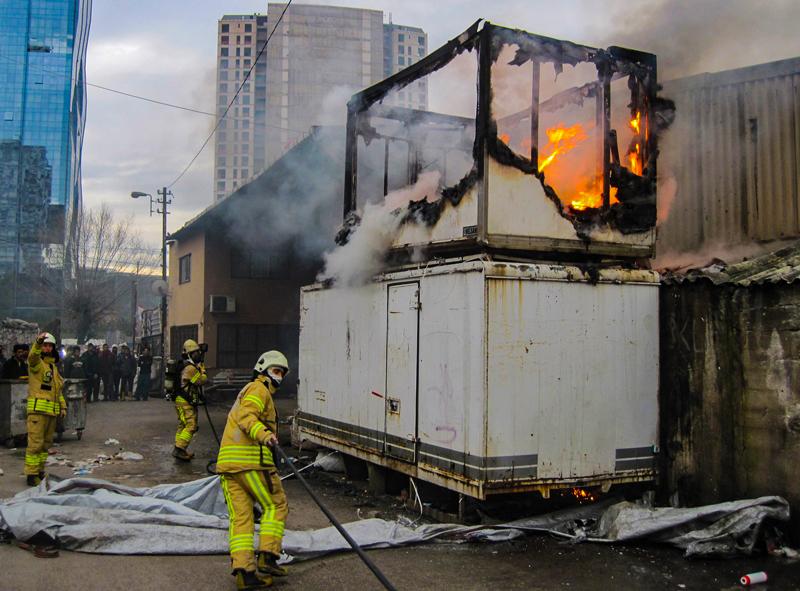 Maltepede konteyner yangını - Haberler - İstanbul İtfaiyesi