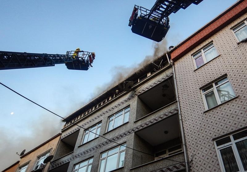Bayrampaşada çatı yangını - Haberler - İstanbul İtfaiyesi