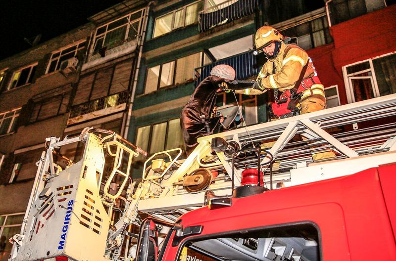Aksarayda daire yangını - Haberler - İstanbul İtfaiyesi