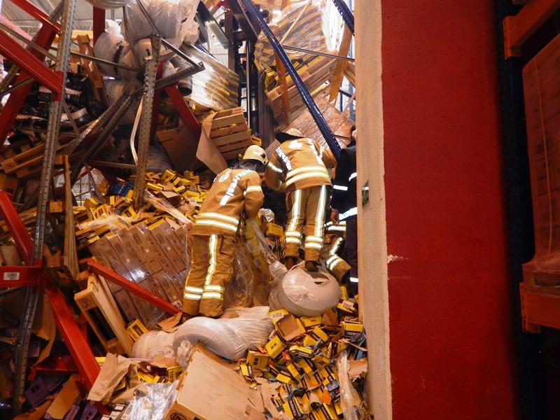 Tuzlada özel bir lojistik firmanın içerisinde bulunan malzeme rafları devrildi - Haberler - İstanbul İtfaiyesi