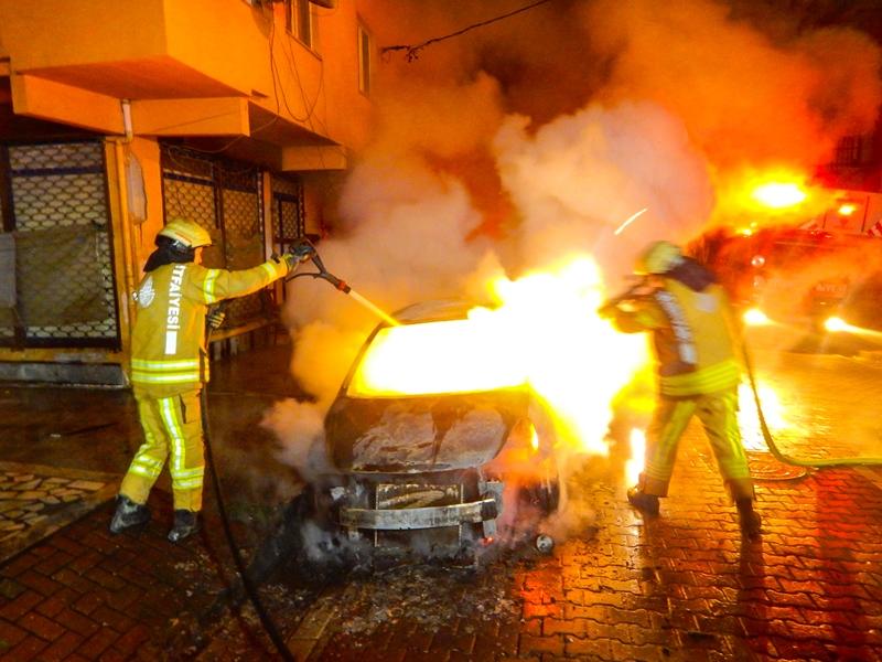 Yenibosnada araç yangını - Haberler - İstanbul İtfaiyesi