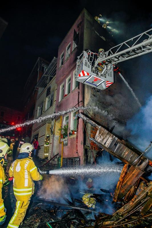 Küçük Ayasofyada ahşap bina yangını - Haberler - İstanbul İtfaiyesi