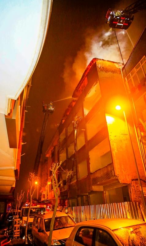 Zeytinburnunda çatı yangını - Haberler - İstanbul İtfaiyesi