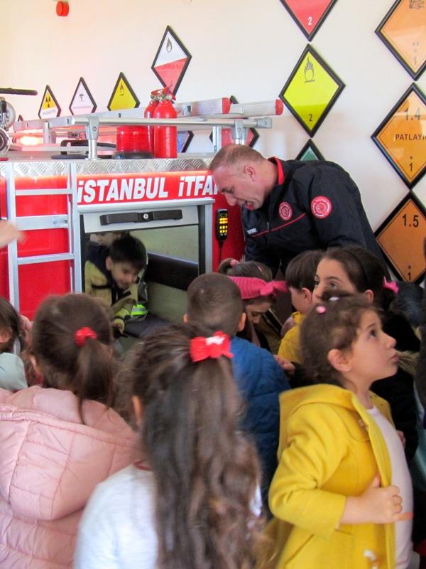 Anaokulu öğrencileri istasyonumuzu ziyaret etti - Haberler - İstanbul İtfaiyesi