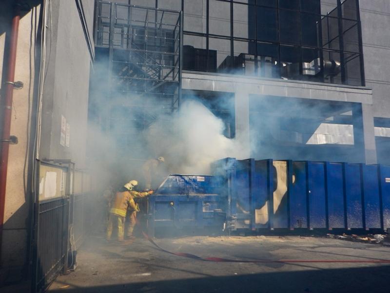 Bakırköyde konteyner yangını - Haberler - İstanbul İtfaiyesi