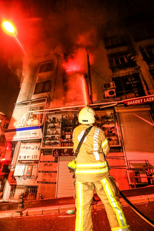 Mercanda işyeri yangını - Haberler - İstanbul İtfaiyesi