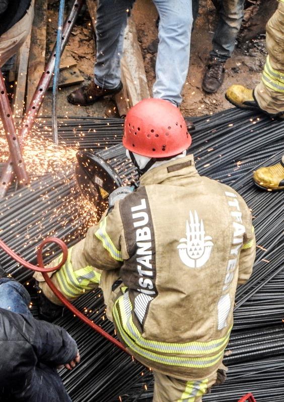 Kadıköyde inşaat demirleri altında kalan vatandaşımızı kurtardık - Haberler - İstanbul İtfaiyesi
