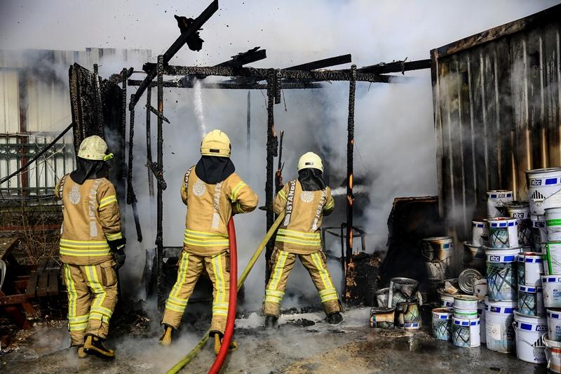 Veznecilerde konteyner yangını - Haberler - İstanbul İtfaiyesi
