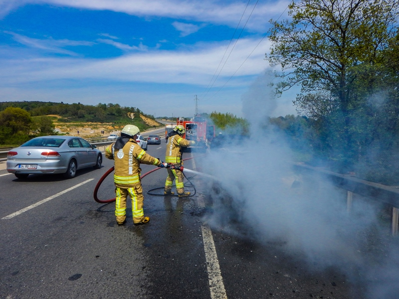Yenişehirde araç yangını - Haberler - İstanbul İtfaiyesi