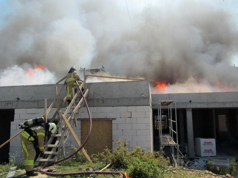 Başakşehirde çatı yangını - Haberler - İstanbul İtfaiyesi