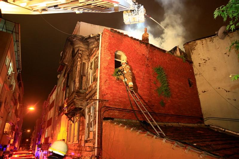 Cerrahpaşada çatı yangını - Haberler - İstanbul İtfaiyesi