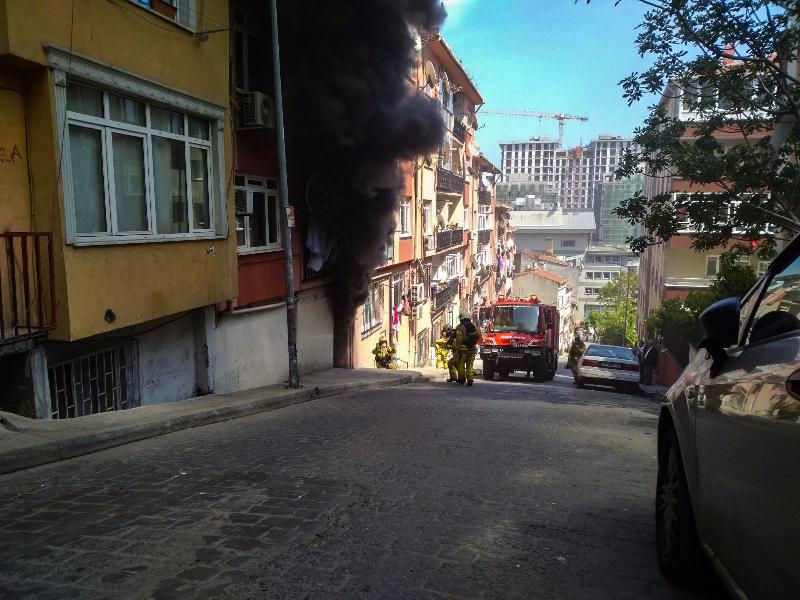 Beyoğlunda elektrik trafosu yangını - Haberler - İstanbul İtfaiyesi