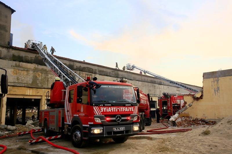 Bakırköyde çatı yangını - Haberler - İstanbul İtfaiyesi