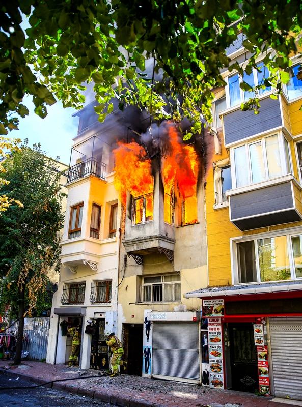 Kadırgada ahşap bina yangını - Haberler - İstanbul İtfaiyesi