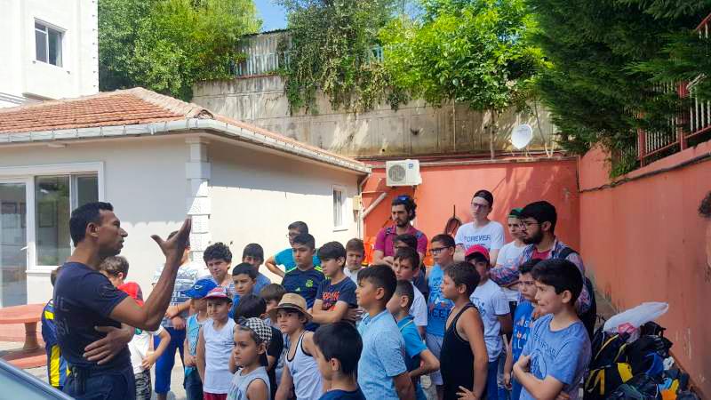 Yaz okulu öğrencileri istasyonumuzu ziyaret etti - Haberler - İstanbul İtfaiyesi