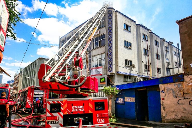 Okmeydanında çatı yangını - Haberler - İstanbul İtfaiyesi