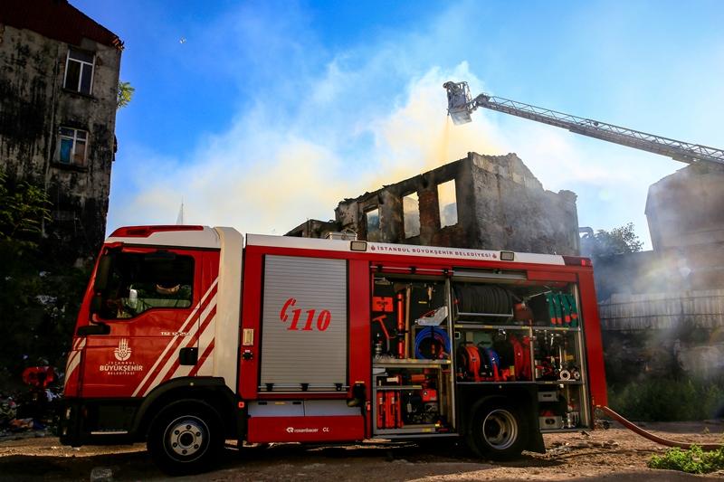 Vefada metruk bina yangını - Haberler - İstanbul İtfaiyesi