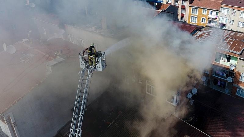 Esenlerde çatı yangını - Haberler - İstanbul İtfaiyesi