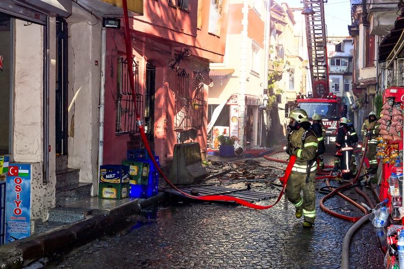 Fatihte ahşap bina yangını - Haberler - İstanbul İtfaiyesi