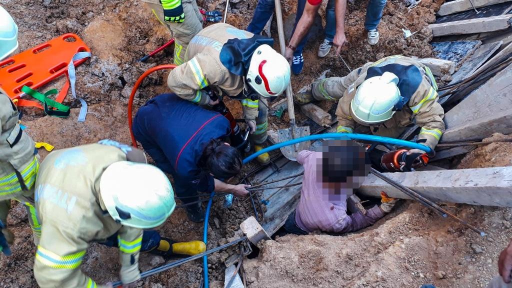 Göçük altında kalan işçi itfaiye ekiplerimizce kurtarıldı - Haberler - İstanbul İtfaiyesi